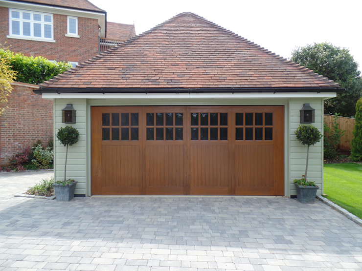 Garage Doors Wessex Garage Doors クラシックデザインの ガレージ・物置
