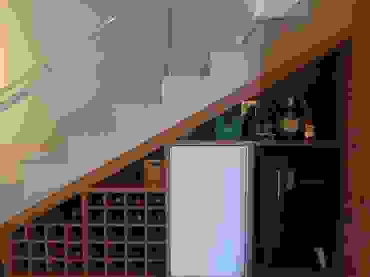 ห้องเก็บไวน์ โดย Arquiteta Carol Algodoal Arquitetura e Interiores,
