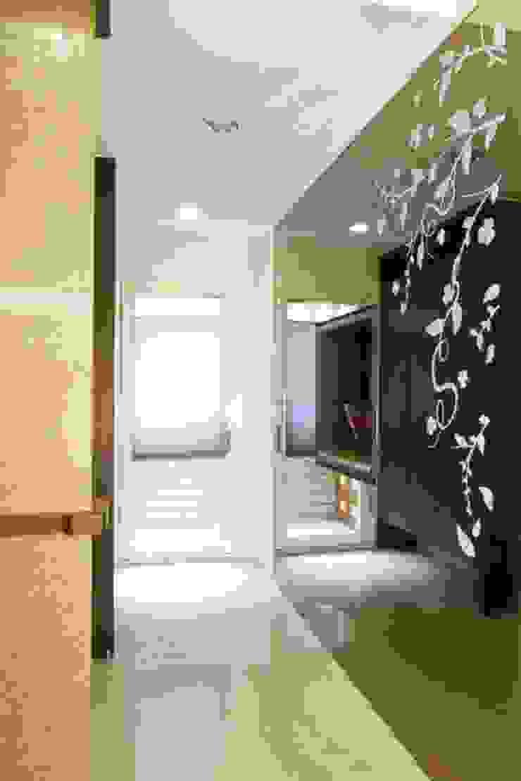 玄關造型隔間牆 隨意取材風玄關、階梯與走廊 根據 Hi+Design/Interior.Architecture. 寰邑空間設計 隨意取材風