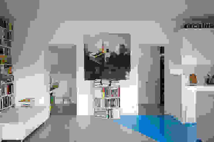 Ristrutturazione di un piccolo appartamento a Roma architetto stefano ghiretti Soggiorno minimalista Calcare Bianco