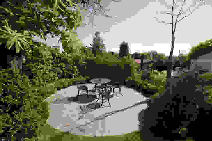 Jardín de Estilo Clasico-Moderno: Jardines de estilo  por Vivero Antoniucci S.A.