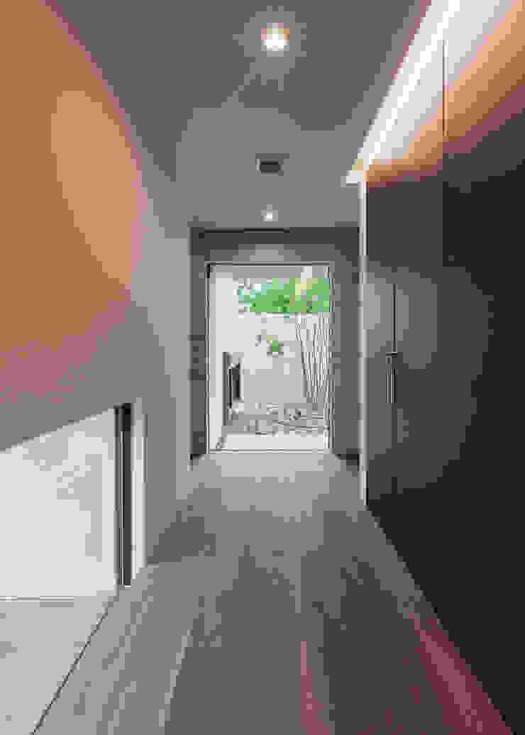 Pasillos, vestíbulos y escaleras de estilo moderno de Architet6建築事務所 Moderno Madera maciza Multicolor