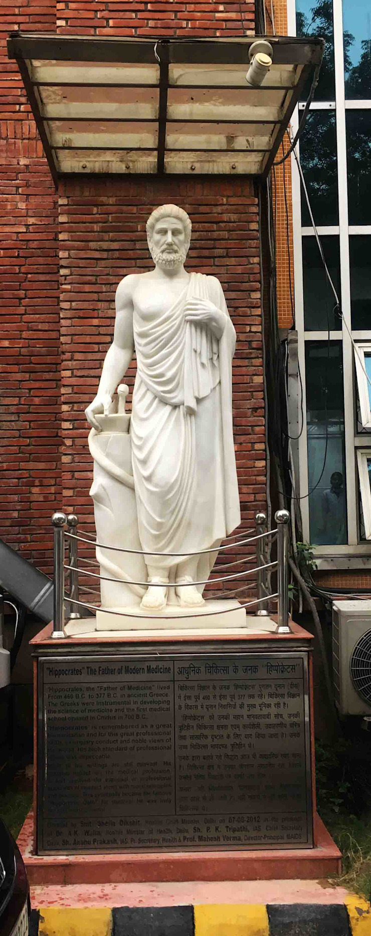 Marble sculpture of hippocrates installed at the entrance of Maulana Azad College Classic style corridor, hallway and stairs by Karara Mujassme India Classic Marble