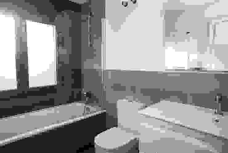 現代浴室設計點子、靈感&圖片 根據 Grupo Inventia 現代風 磁磚