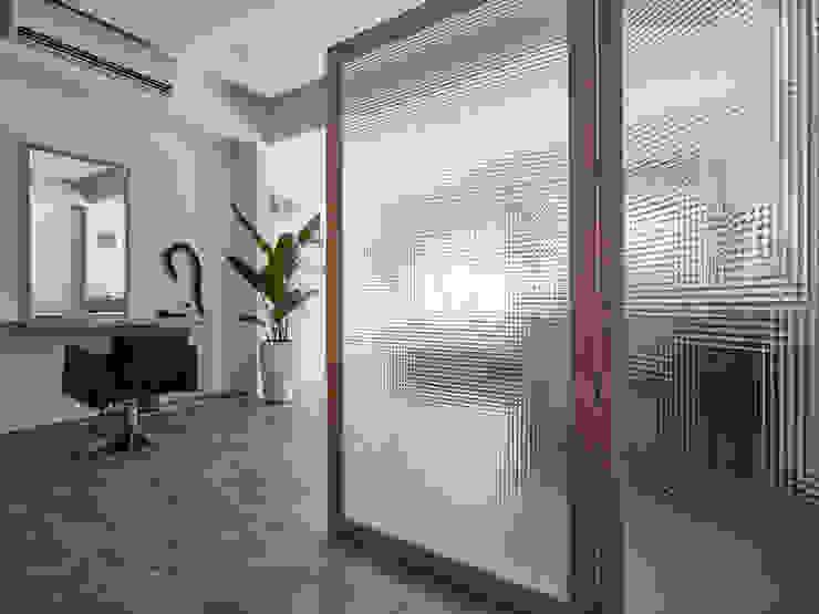 TJ BARBER SHOP 根據 潤澤明亮設計事務所 北歐風 玻璃