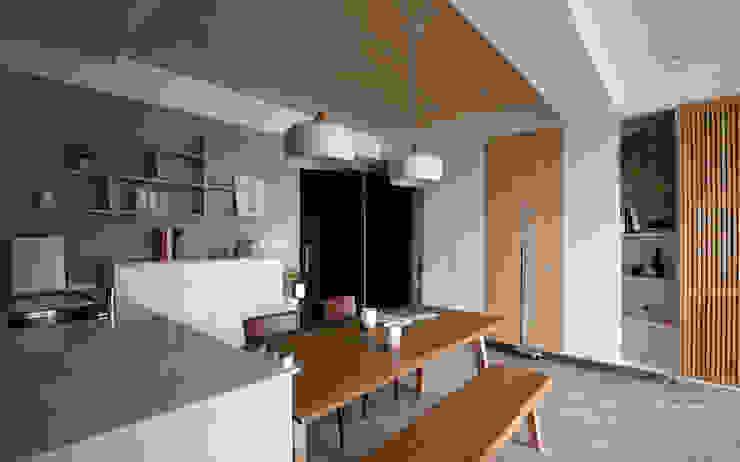 Sala da pranzo in stile asiatico di 極簡室內設計 Simple Design Studio Asiatico