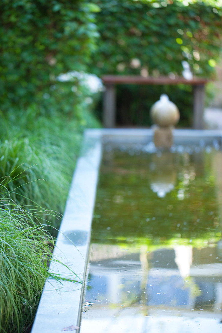 Lengte en diepte met zinken vijverrand van Dutch Quality Gardens, Mocking Hoveniers