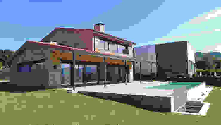 Vivienda en San Martiño do Porto de AD+ arquitectura Rústico