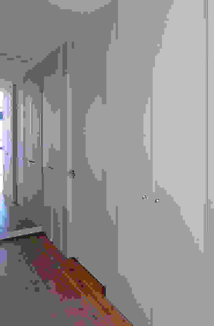 Vivienda en San Martiño do Porto Vestidores de estilo moderno de AD+ arquitectura Moderno