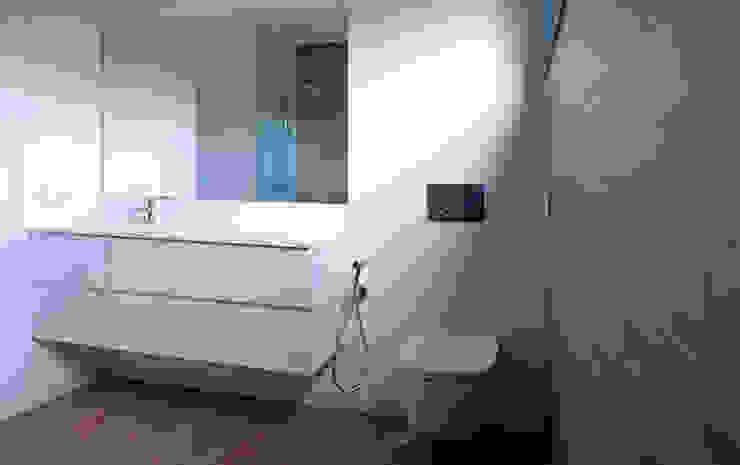 Vivienda en San Martiño do Porto Baños de estilo moderno de AD+ arquitectura Moderno