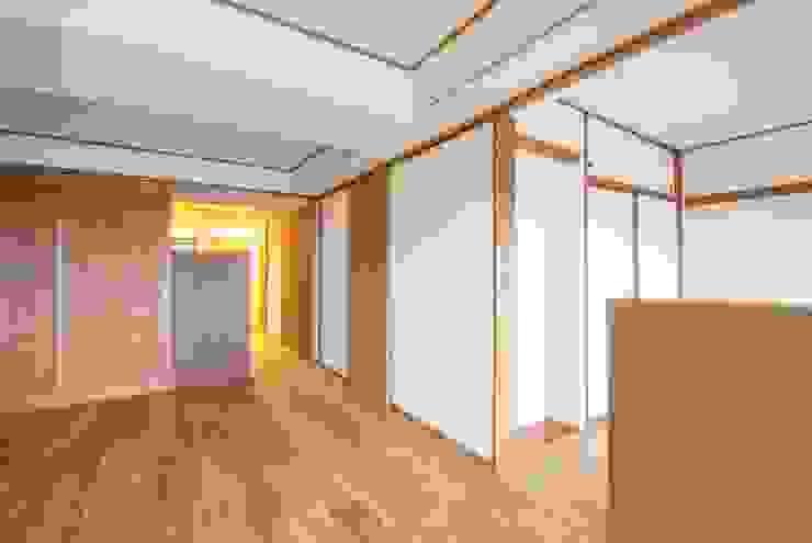 Modern corridor, hallway & stairs by 千田建築設計 Modern Wood Wood effect