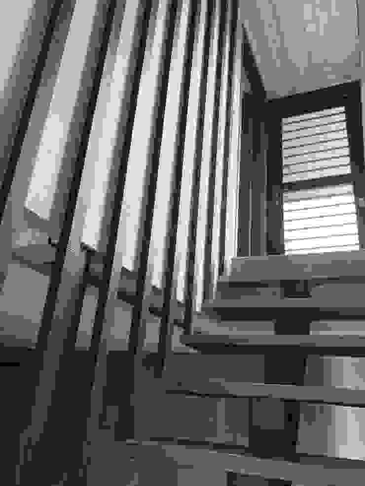 Couloir, entrée, escaliers industriels par 石方室內裝修有限公司 Industriel