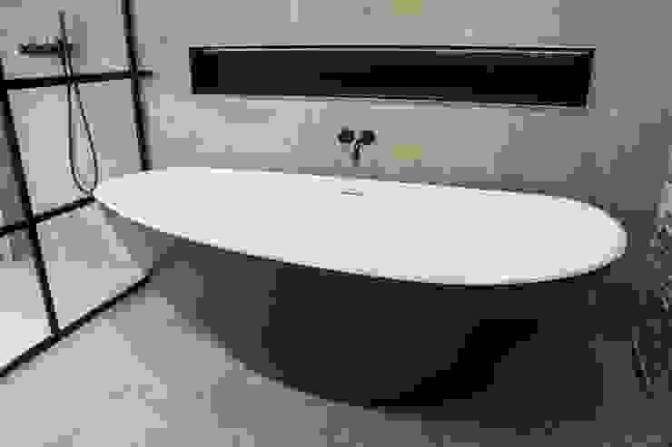 Vrijstaand design bad De Eerste Kamer:  Badkamer door De Eerste Kamer,