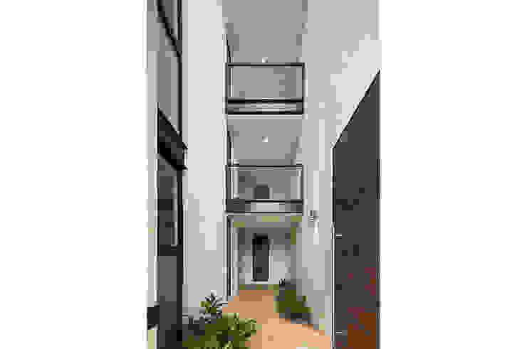 P11 ARQUITECTOS Modern corridor, hallway & stairs