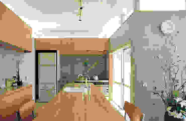 業務用キッチンとテーブルと一体の作業台 根岸達己建築室 モダンな キッチン 木 ベージュ