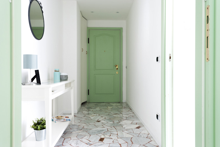 Pasillos, vestíbulos y escaleras de estilo moderno de Made with home Moderno