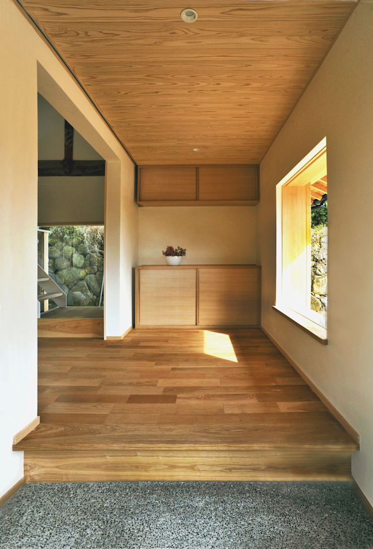 Eclectic style corridor, hallway & stairs by 神家昭雄建築研究室 Eclectic Wood Wood effect