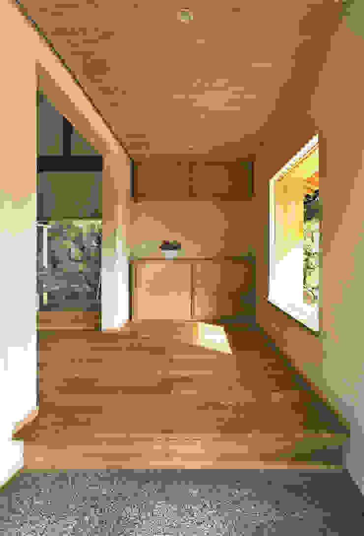 Koridor & Tangga Gaya Eklektik Oleh 神家昭雄建築研究室 Eklektik Kayu Wood effect