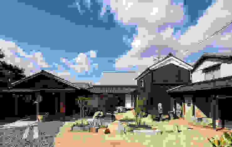 Jardines de estilo ecléctico de 神家昭雄建築研究室 Ecléctico Madera Acabado en madera