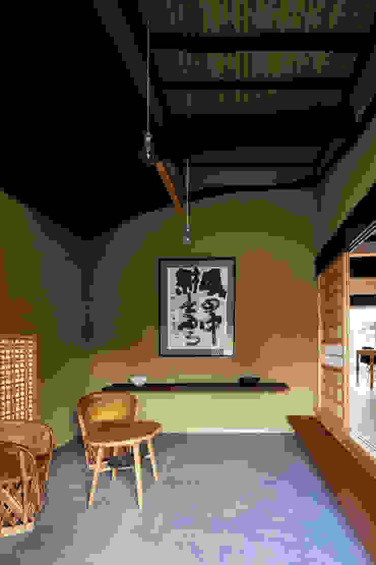 Pasillos, vestíbulos y escaleras de estilo ecléctico de 神家昭雄建築研究室 Ecléctico Madera Acabado en madera