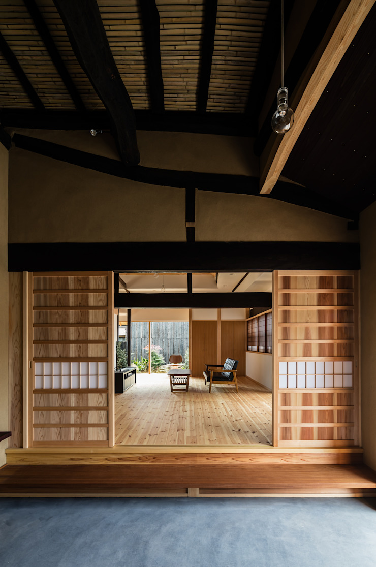 Salas de estilo ecléctico de 神家昭雄建築研究室 Ecléctico Madera Acabado en madera