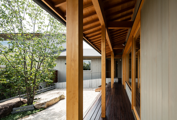Eclectic style balcony, porch & terrace by 神家昭雄建築研究室 Eclectic