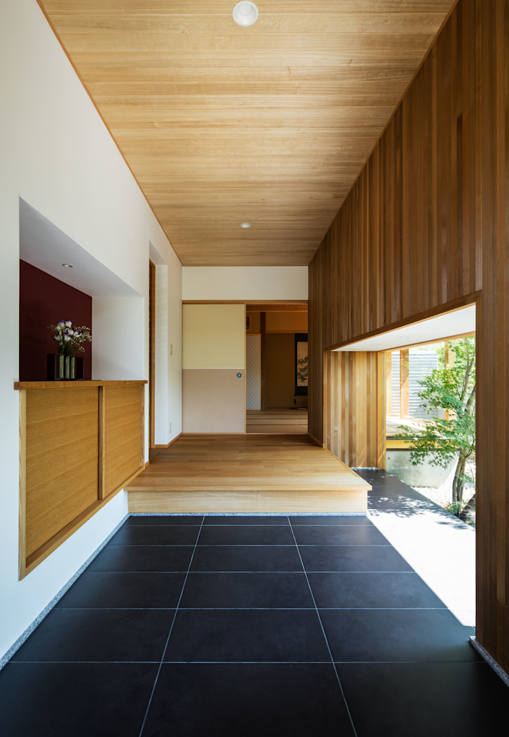 Eclectic corridor, hallway & stairs by 神家昭雄建築研究室 Eclectic
