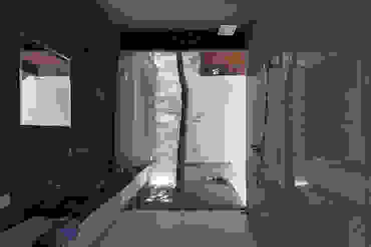 GERIRA ARCHITECTS Minimalist style bathrooms