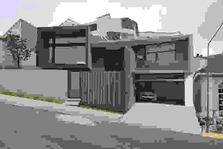 by Indigo Arquitectos