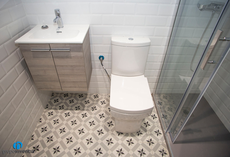 Reforma de baño Baños de estilo mediterráneo de Grupo Inventia Mediterráneo Azulejos