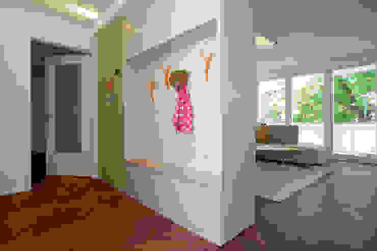 Garderobe und Pinnwand: modern  von SIMONE JÜSCHKE INNEN|ARCHITEKTUR,Modern Holz Holznachbildung