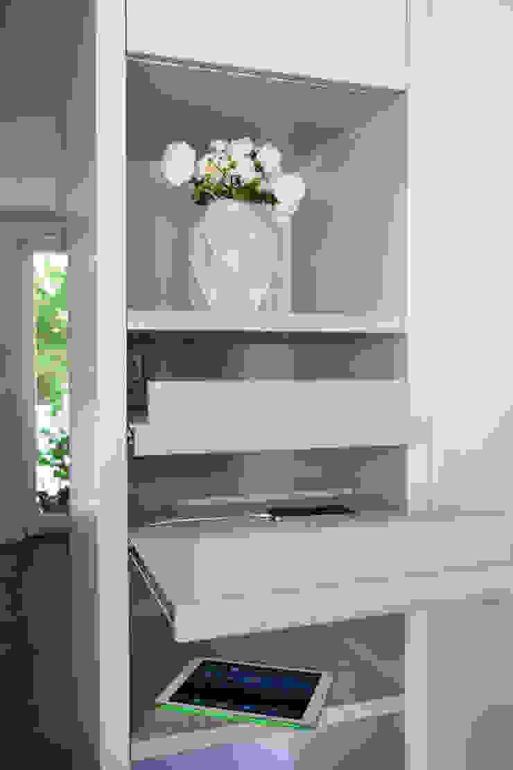 Ordnungshelfer: modern  von SIMONE JÜSCHKE INNEN|ARCHITEKTUR,Modern Holz Holznachbildung