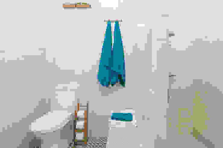 Baño Espacioso : Baños de estilo  por Ópera de Domingo,