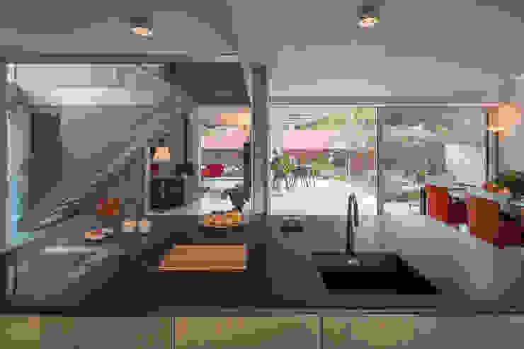 open kitchen van Bloot Architecture Minimalistisch Hout Hout