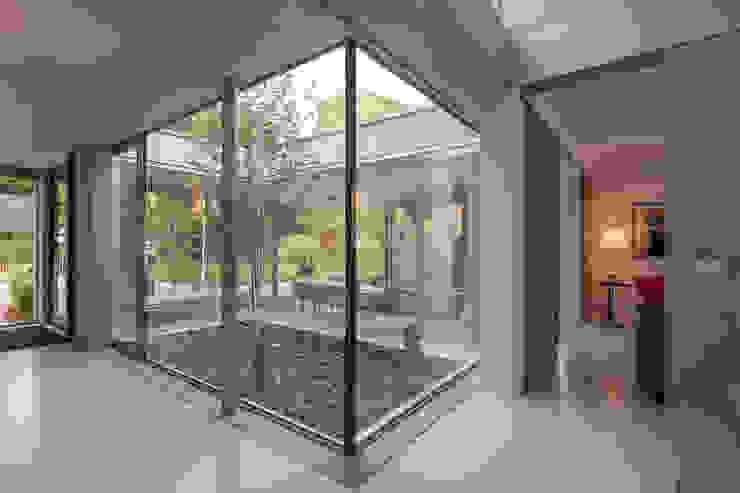 patio Minimalistische gangen, hallen & trappenhuizen van Bloot Architecture Minimalistisch Glas
