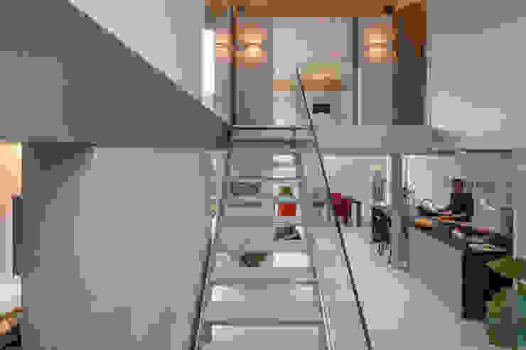 vide hallway Minimalistische gangen, hallen & trappenhuizen van Bloot Architecture Minimalistisch Metaal