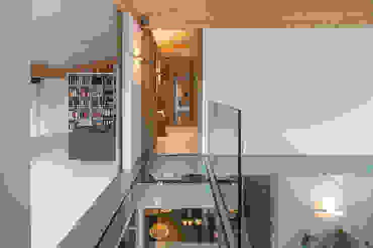 glass floor Minimalistische gangen, hallen & trappenhuizen van Bloot Architecture Minimalistisch Glas
