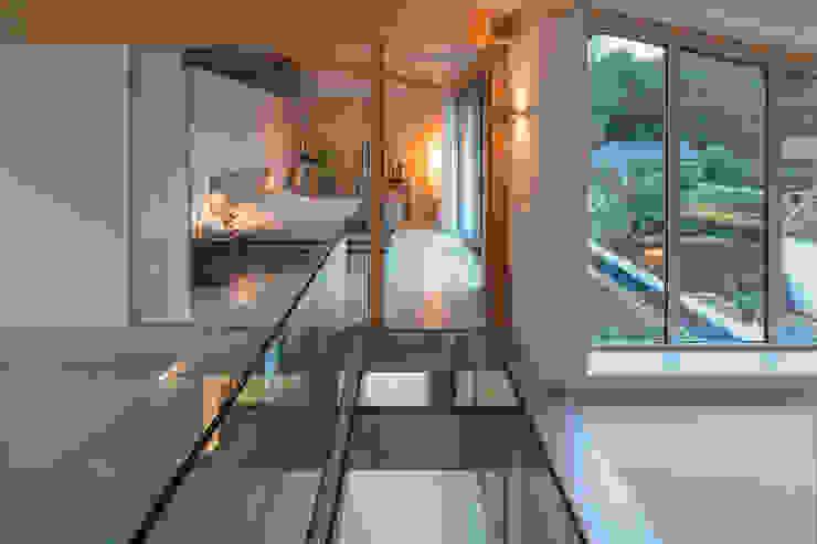 bedroom glass floor Minimalistische gangen, hallen & trappenhuizen van Bloot Architecture Minimalistisch Glas