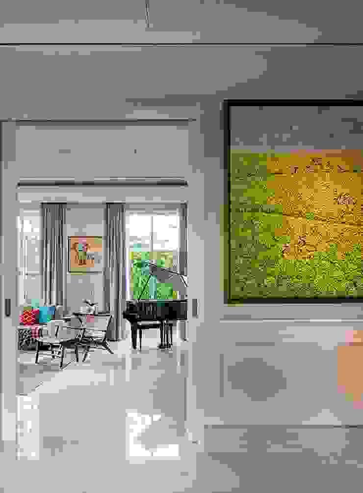 Cajuputi House Koridor & Tangga Gaya Eklektik Oleh EIGHT IDEA Eklektik