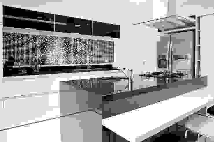 Cozinha bancada gourmet: Cozinhas  por MONICA SPADA DURANTE ARQUITETURA,Moderno
