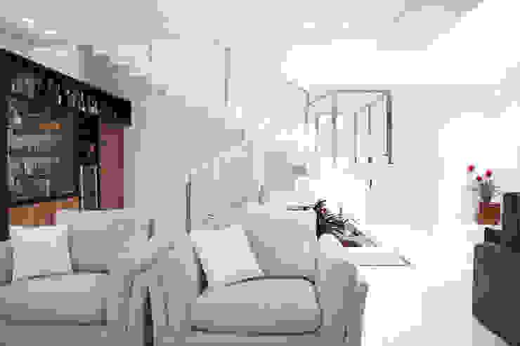 Sala de estar com escada aos fundos: Salas de estar  por MONICA SPADA DURANTE ARQUITETURA,Moderno