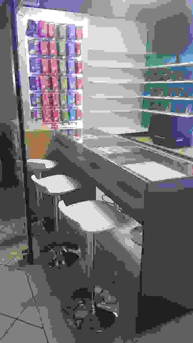 Diseño Stand Comercial de B+ Studio Moderno