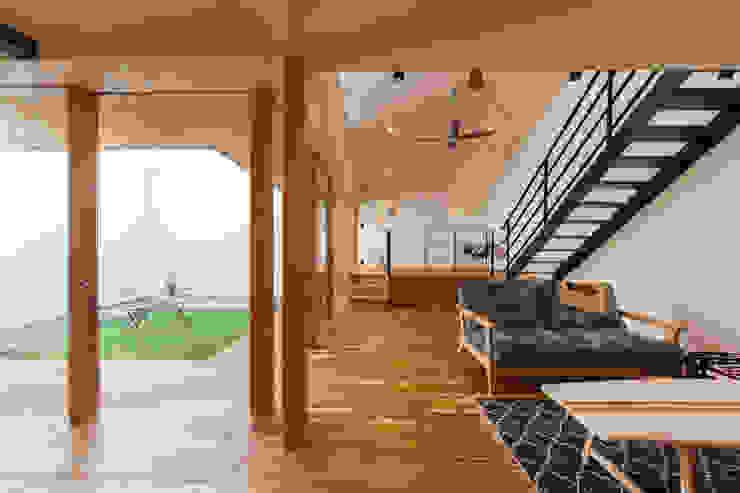Phòng khách phong cách nhiệt đới bởi STaD(株式会社鈴木貴博建築設計事務所) Nhiệt đới