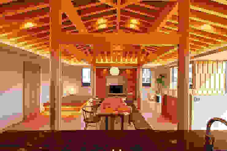 桑原木材の家: 梶浦博昭環境建築設計事務所が手掛けたリビングです。