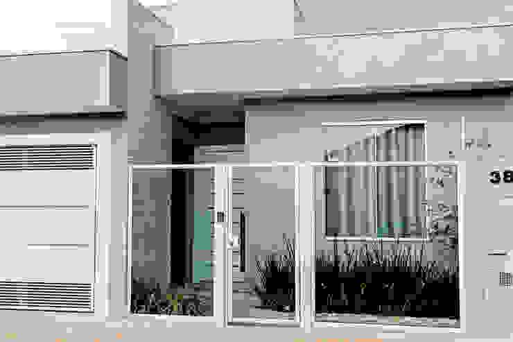 現代房屋設計點子、靈感 & 圖片 根據 Carla Monteiro Arquitetura e Interiores 現代風