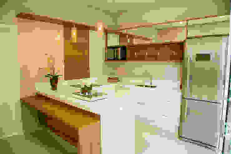 Modern kitchen by Carla Monteiro Arquitetura e Interiores Modern