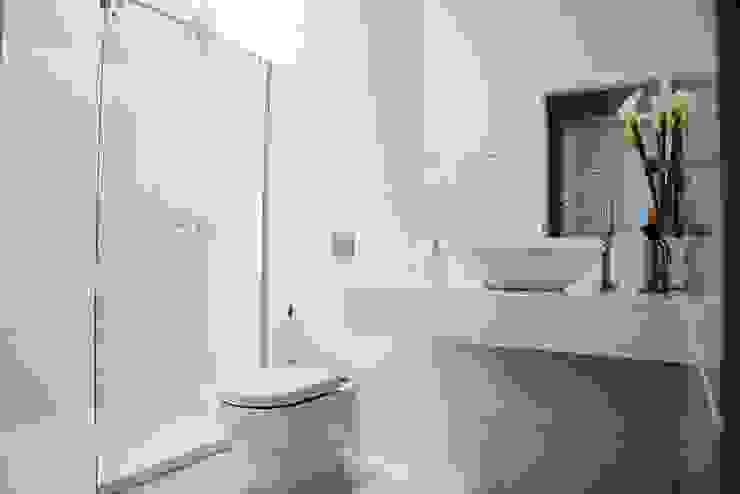 Baños de estilo minimalista de Carla Monteiro Arquitetura e Interiores Minimalista