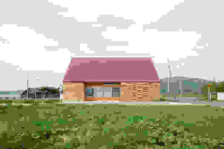Rumah Modern Oleh アトリエモノゴト 一級建築士事務所 Modern
