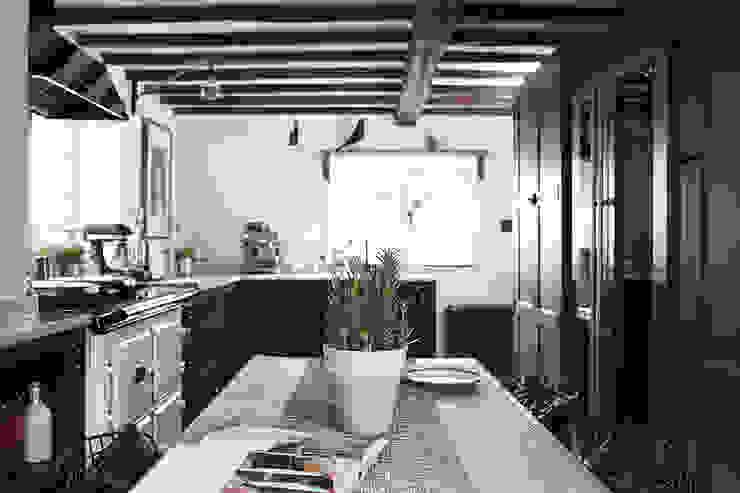 Thatched Cottage | Kitchen Cuisine originale par Fawn Interiors Studio Éclectique