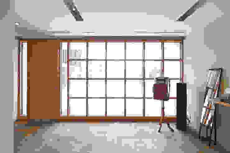Puertas y ventanas modernas de アトリエモノゴト 一級建築士事務所 Moderno